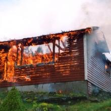Räddningstjänsten övar på Olle och Gajs sommarstuga senvåren 2003