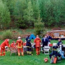 Brandmännen fikar efter genomförd övning senvåren 2003