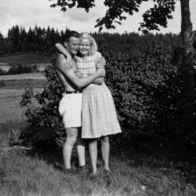 Hugo med okänd kvinna